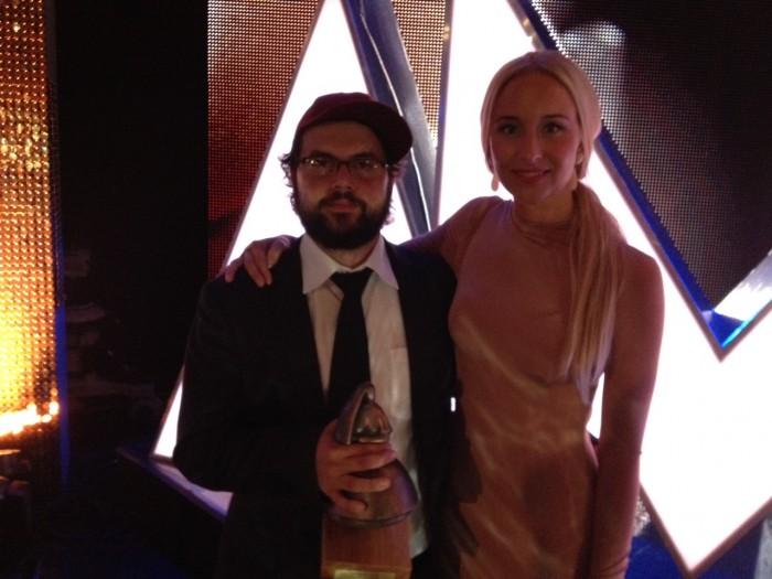 Regissør Izer Aliu og produsent Elisabeth Kvithyll med Amanda-statuetten.