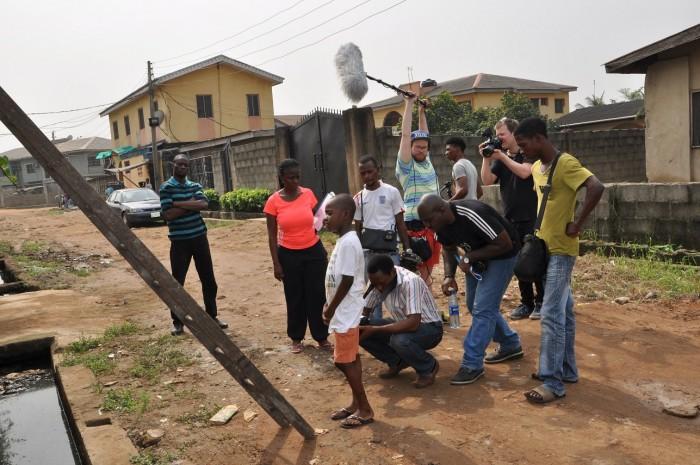 Abiola (i rosa t-skjorte) sammen med resten av teamet og skuespillerne.