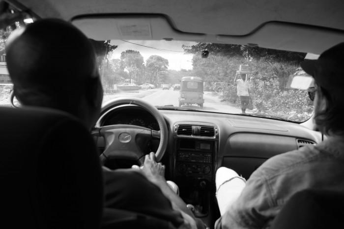 Sjåfør Oladina til venstre sammen med lydstudent Vegard til høyre.
