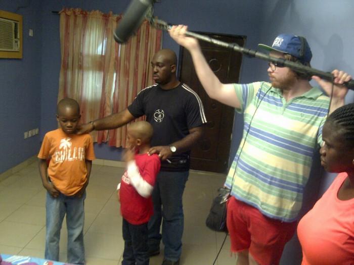 Regissør Michael med barna som hadde sentrale roller.