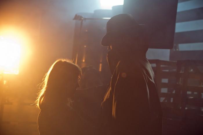 Produksjonsdesign-student Hailey dresser opp en karakter under sjangerfilm-øvelsen. Foto: Thomas Grotmol