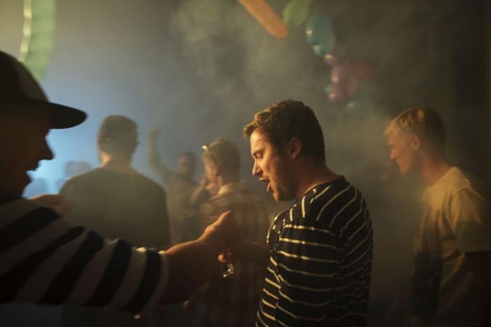 Produksjonsdesignstudent Lars blir sjenket et glass champagne av Stian.