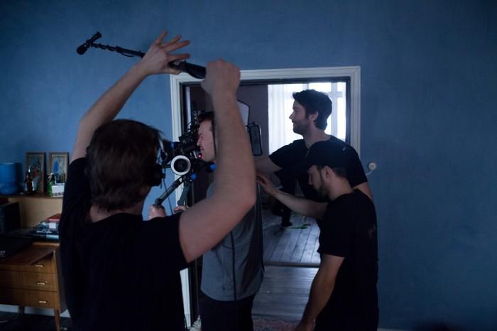Det var tidvis mye folk å koordinere på liten plass inne i studiodekorasjonen. Foto: Maria Gossé