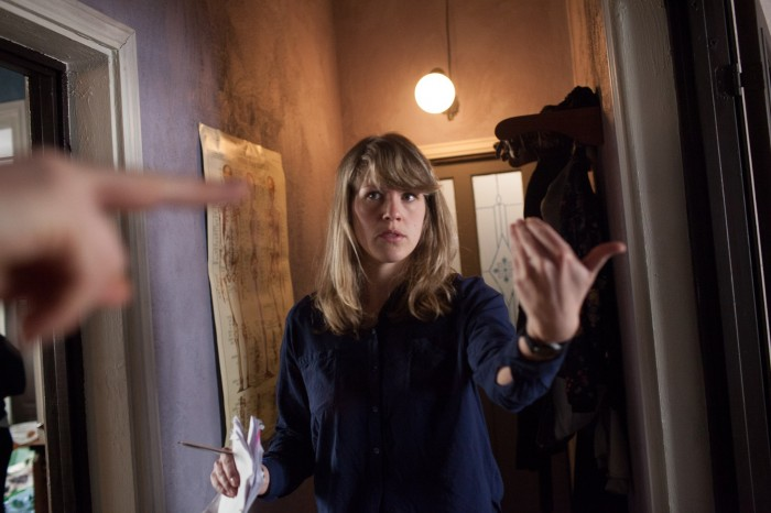 "Regissør Aurora Gossé på settet til ""Vi som ser i mørket"". Her i Den norske filmskolens studio i Lillehammer. Foto: Maria Gossé"