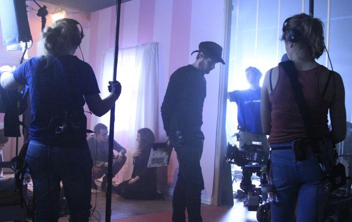 Et fokusert team venter mens skuespillerne får instruksjon.