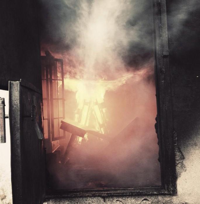 For å få scenografi til en skrekkfilm-scene fikk vi hjelp av brannvesenet og brente møbler og rekvisitta.