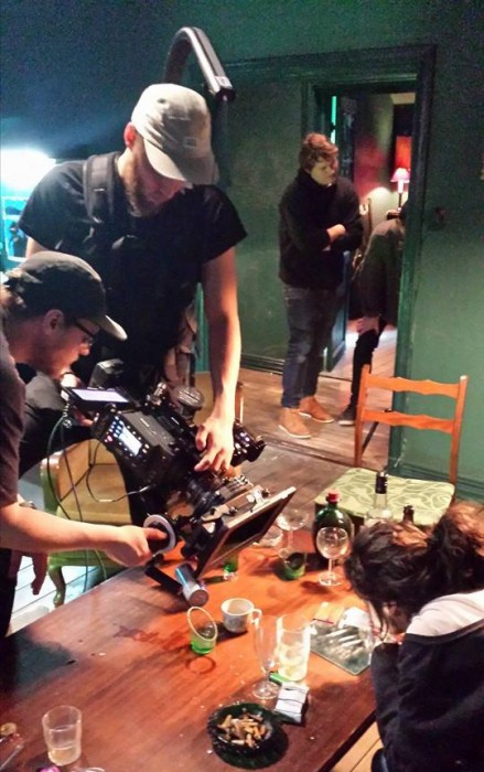 Fototeamet forbereder et av bildene som skal skytes mens produksjonsdesignerne gjør de siste forberedelsene i bakgrunnen.