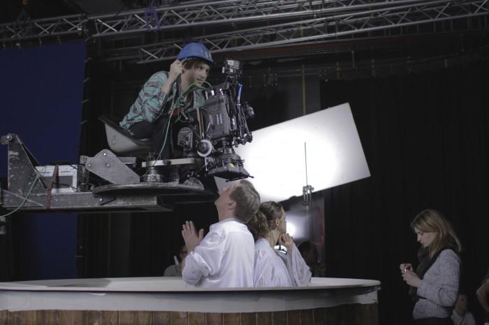 Dåpsbassenget ble gjenskapt i studio i Lillehammer for noen innstillinger.